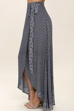 Keep things easy, breezy, and carefree with the Lighthearted Navy Blue Print Wrap Maxi Skirt! A navy blue and ivory floral-meets-paisley print travels across lightweight, woven fabric as it falls from a tying waist into a breezy wrap skirt. Denim Skirt Outfits, Casual Dress Outfits, Simple Outfits, Boho Fashion, Fashion Dresses, Bohemian Mode, Printed Maxi Skirts, Ladies Dress Design, Dress Skirt