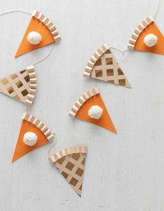 Thanksgiving Pie Garland is so cute for the kids table section at the holiday feast. Go ahead, cut a slice. (Or two, or three.) This paper garland—made to look like slices of apple and pumpkin pie—makes a sweet Thanksgiving decoration. Thanksgiving Pies, Thanksgiving Crafts For Kids, Holiday Crafts, Holiday Fun, Autumn Crafts For Adults, Diy Thanksgiving Decorations, Thanksgiving Chalkboard, Thanksgiving Banner, Thanksgiving Prayer