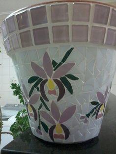 Vaso em cerâmica totalmente revestido em delicado mosaico de orquídeas, nas cores branco e lilás. Mosaic Planters, Mosaic Vase, Mosaic Flower Pots, Mosaic Garden, Mosaic Bottles, Pot Jardin, Mosaic Madness, Mosaic Crafts, Mosaic Projects