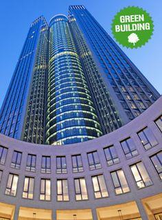 Der zwischen Bankenviertel und Messe zentral an der Friedrich-Ebert-Anlage gelegene Wolkenkratzer bildet den Eingang zum entstehenden Frankfurter Europaviertel mit dem Einkaufs- und Erlebniszentrum Skyline Plaza, sowie dem dazugehörigen Kongresszentrum.
