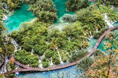 Wasser ist meine Leidenschaft, ob als Wasserfall, beim Hausboot fahren oder beim Urlaub am Meer. Bist du auch so eine Wasserliebhaber? Dann hast du bestimmt auch schon von den Plitvicer Seen gehört. Diese Seen bilden den berühmtesten Nationalpark in Kroatien. Wie es sich bei Seen gehört, habe ich eine klare Vorstellung von meinem Tag dort.Das sieht in meinem Kopf etwa so aus: menschenleere ...