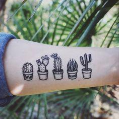 Cinq tatouages temporaires différents cactus en pot ! Un style de ligne noir foncé. Cadeau parfait pour les amateurs de succulentes, amateurs de cactus et du désert ! TAILLES 5 de long au total. Pour quelques dollars, vous obtenez deux ensembles ! → Choisissez 2-pack' d'obtenir deu