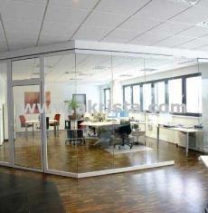 Cortinas de cristal separacion de ambientes Cool Office Space, Office Spaces, Workplace Design, Shop Fronts, Bathroom Interior Design, Aluminium, Sliding Doors, Pergola, Indoor
