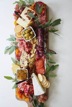 DIY Charcuterie Board from Trader Joe's - Party, Geburtstag und Co - Cheese Board Charcuterie Recipes, Charcuterie And Cheese Board, Charcuterie Platter, Cheese Boards, Cheese Board Display, Antipasto Platter, Antipasti Board, Tapas Platter, Platter Ideas