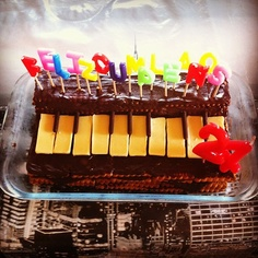 pastel de cumpleaños en forma de órgano, hecho con galletas y crema de cacao, decorado con tableta de chocolate