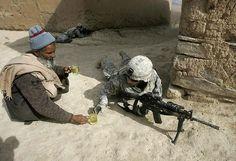 Afegão oferece chá para soldado americano.