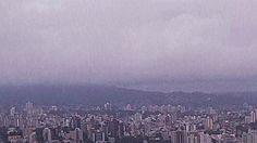 Amanhecer em Porto Alegre (Foto: Reprodução/RBS TV) HOSP CLÍNICAS ATENDE O TRIPLO DA SUA CAPACIDADE 18,3 mil pessoas seguem fora de casa A chuva forte que atingiu o estado já parou, mas o número de municípios que contabilizam estragos não para de crescer. Segundo o último balanço da Defesa Civil, divulgado às 7h desta quinta, já são 157 municípios afetados. O número de prefeituras que decretaram situação de emergência é de 131. Prefeituras providenciam reconstrução.