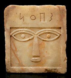 ORIENT STÈLE pancarte iconique sculptée d'un visage stylisé de face, les grands yeux ovales, le nez triangulaire et la bouche étroite. Le sommet est gravé d'une inscription sudarabique de quatre lettres:… - Pierre Bergé & associés - 30/11/2012