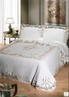 549 Richelieu Completo Letto.JPG - Completo letto in puro lino ricamato con tecnica ad intaglio richelieu in filo di seta