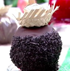 """'É de Casa"""" ensina a fazer uma deliciosa maçã do amor de beijinho com calda de chocolate e granulado"""