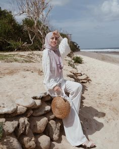 OOTD hijab untuk ke pantai – N&D – Hijab Fashion 2020 Hijab Fashion Summer, Modern Hijab Fashion, Hijab Fashion Inspiration, Islamic Fashion, Muslim Fashion, Ootd Hijab, Casual Hijab Outfit, Hijab Chic, Outfit Essentials