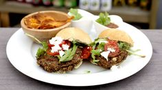 VEGGIE: Disse burgerne innholder blant annet kikerter, bønner og sopp. Nedenfor ser du hvordan du kan lage den vinnende vegetarburgeren. Foto: TV 2