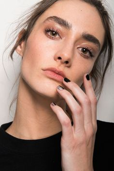 best nyfw fall 2017 beauty trends | monse full brows + glossy lids