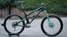 Sandy Plenty's upgraded his Yeti SB66 Carbon with custom coloured Fox forks and…