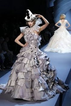And haute couture returns to Commedia dell'Arte for inspiration. The 2008 fashion season reflected this trend and, in its 2011 Fall show, Christian Dior also showed its influence.