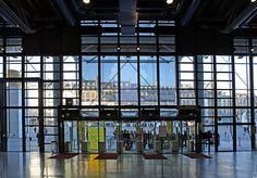 Vue de l'entrée du Centre Pompidou et de la piazza en arrière-plan, depuis le…