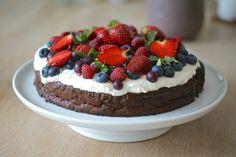 Dette er uden tvivl en af de bedste og mest sommerlige kager på bloggen! Den har en lækker smag af mørk chokolade og en saftig krumme. Oven på er der en cremet og fyldig ostecreme med hvid chokolad…