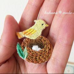巣ごもり小鳥の刺繍ブローチ 小さな小さなブローチを アップで撮ってみました。 #刺繍糸 #ブローチ#鳥#鳥の巣#cute #アクセサリー#コハナメイド#刺繍