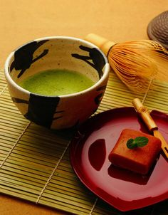 Matcha Tea is used in the Japanese Tea Ceremony known as Chanoyu, a highly ritualized practice of drinking this high anti-oxidant tea. The Zen monks were the first to introduce matcha to Japan. We serve it sweet. Japanese Matcha Tea, Japanese Tea Set, Japanese Sweets, Matcha Green Tea, Japanese Food, Traditional Japanese, Japanese Style, Japanese Culture, Pause Café