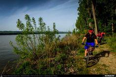 Traseu cu bicicleta MTB XC Oltenita - Stancea - Spantov - Cetatea Veche - Ulmeni - Oltenita (pe malul Dunarii), Judetul Calarasi, Romania. Cu bicicletele pe malul Dunarii. Traseu mixt, offroad si sosea. Prin Calarasi, din Oltenita. Grup mare de biciclisti. Oameni placuti. Ritm bun. De primavara. Pauze. Barje pe Dunare. Drumuri de tara, crengi, radacini, PET-uri si voie buna. Prieteni si glum (...)