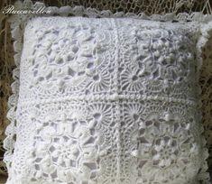 funda de almohadon tejido a mano, en crochet en ambos lados. puntilla en el contorno, cierra con cinco botones por atras.
