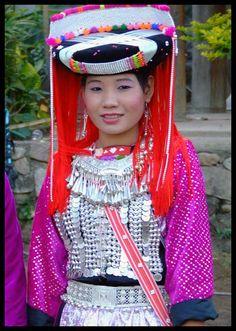 Les Minorités ethniques de Thaïlande... et d'Asie. Une jeune Lisu en tenue de Nouvelle An (Thaïlande / chine / Birmanie)