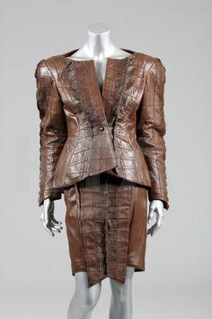 A Thierry Mugler faux ensemble de cuir de crocodile, Novembre 1987, étiquetés et taille 38, la veste coupe large au niveau des épaules rembourrées, avec taille fine, des panneaux reptiliens à l'avant, manches, dos épaules tombant à un point au milieu du dos, large Panneau également à la jupe crayon, la poitrine environ 92cm, 36 pouces, taille 64cm, 25po