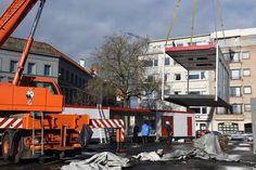 Op het Stationsplein in Kortrijk zijn gisteren 26 containers geplaatst, waar vanaf maart 'Mijn Pop-uprestaurant!' in ondergebracht wordt. Het VTM-programma is welkom, al wordt parking vinden in Kortrijk wel een stuk moeilijker nu de 56 plaatsen op het plein zijn opgedoekt. De deelnemers worden vandaag voorgesteld. - Kortrijk
