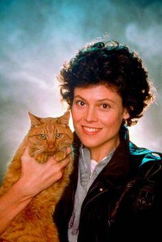 Sigourney Weaver & Jones the cat in Aliens (1986)