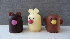 Traktatie; beer, konijn en aap van minizoenen, minismarties en zwarte cookie icing. Kan ook op een cake pop stokje.