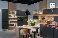 Einbauküche mit kräftigen Kontrastfarben