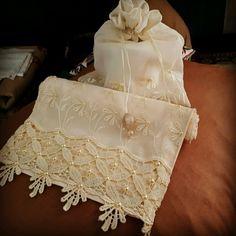 Porta Papel higiênico c toalha de lavabo Marie Kondo, Elegant Table, Bed Covers, Sewing Clothes, Fiber Art, Embroidery, Knitting, Crochet, Towels