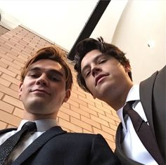 cole sprouse and kj apa Bild