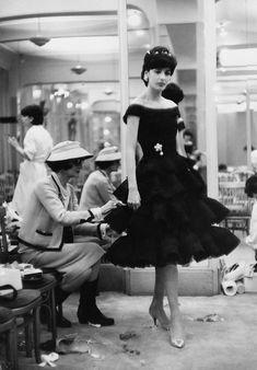"""""""Simplicity is the keynote of all true elegance"""". Coco Chanel trabajando en su casa en París, 1959"""