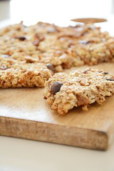 Havermoutrepen! Handig om als gezond tussendoortje of snel ontbijt mee te nemen. Healthy Bars, Healthy Cookies, Healthy Sweets, Healthy Baking, Healthy Snacks, Feel Good Food, Love Food, Happiness Is Homemade, Baking Recipes