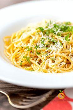 Spaghetti Aglio-e - olio/ instant pot aglio - e- olio Superfood Recipes, Vegan Recipes, Cooking Recipes, What Is Spaghetti, Aglio E Olio Recipe, Easy Pasta Recipes, Food Trends, Side Salad, Roasted Vegetables