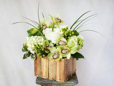 HEPATICA everyday arrangement (cymbidium orchid, ornamental kale, roses, lily grass, hypericum berry) – photo: QUARTER design studio