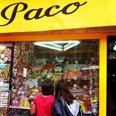 """Relevo generacional ante el escaparate de """"Caramelos Paco"""". Se repite la escena."""