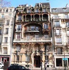 Situé Avenue Rapp (75007), cet immeuble de Jules Lavirotte est classé monument historique. Il est notamment célèbre pour les nombreux symboles érotiques qui ornent la façade.