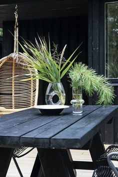 Reeds, grasses and conifers from a walk in the area adorn the garden table Beach Cottage Style, Garden Table, Beach Cottages, Green Plants, Little Houses, Mid-century Modern, Backyard, Outdoor Decor, Inspiration