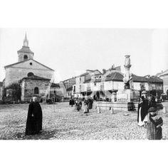 León. 1890 (CA.). Plaza del Grano, situada en el casco antiguo de la ciudad, está presidida por la Iglesia del Mercado, o de Santa María del Camino