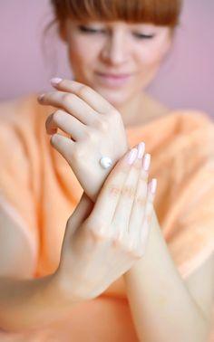 Appliquez de la crème pour les mains avant d'enlever votre vernis à ongles si vous avez la peau claire.