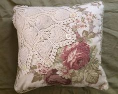 Cet article n'est pas disponible, Shabby Chic Pillows, Cute Pillows, Diy Pillows, Decorative Pillows, Doilies Crafts, Fabric Crafts, Sewing Crafts, Sewing Projects, Crochet Vintage