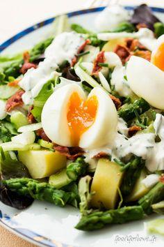 Salade Printanière - Ingrédients (4 pers) : Pour 4 personnes : - 8 œufs gros et bio - Un sachet de mesclun - 8 pommes de terre type Amandine - Une botte d'asperges vertes - 8 tranches de poitrine fumée - 4 oignons botte frais - Un concombre - Poivre du moulin // Pour la sauce : - 2 yaourts à la grecque - 1 c à s de mayonnaise - 2 c à s de crème liquide légère - Une botte de ciboulette - Fleur de sel - Poivre du moulin