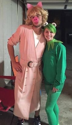 Best Couples Halloween Costumes of 2018 Couples Halloween costume role reversal with Kermit the Frog and Miss Piggy! Cute Group Halloween Costumes, Funny Couple Costumes, Best Couples Costumes, Hallowen Costume, Halloween Kostüm, Halloween Outfits, Costume Ideas, Creative Couple Costumes, Halloween Inspo