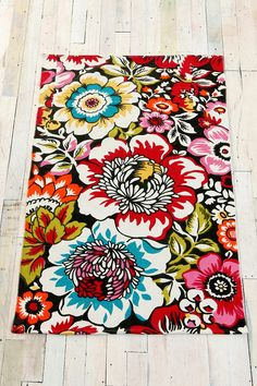Pretty & bright just how I like home decor to be. This rug is spectacular but I'd want it a minimum of 5ft X 8ft.