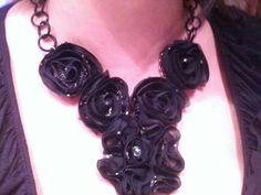 Collana  con rose in stoffa applicate su base metallica