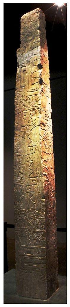 Arte Chavin   Descripción: El Obelisco Tello es una escultura de piedra que mide 2.52 m. Esta obra es tan compleja y presenta una gran variedad de elementos como seres humanos, aves, serpientes, felinos, animales, plantas y conchas