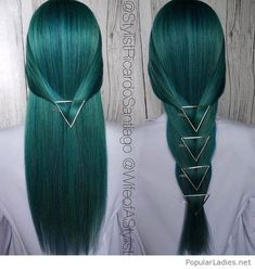 Ombre Hair Color Trends - Is The Silver Style Ombre hair color has always been a fierce trend, but grey ombre really takes things to the next level. This trend is the least old-fashioned. Pretty Hairstyles, Straight Hairstyles, 1950s Hairstyles, Scene Hairstyles, Perfect Hairstyle, Amazing Hairstyles, Updo Hairstyle, Messy Hairstyles, Green Hair Colors