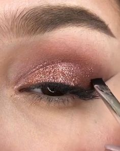 A super easy eye makeup idea by Gold Eye Makeup, Eyebrow Makeup, Skin Makeup, Eyeshadow Makeup, Rose Gold Makeup Looks, Makeup Brushes, Glitter Makeup Tutorial, Smokey Eye Makeup Tutorial, Creative Eye Makeup